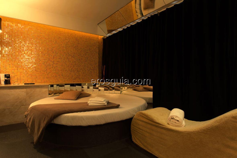 Sus lujosas y modernas habitaciones están equipadas con todo lo necesario...