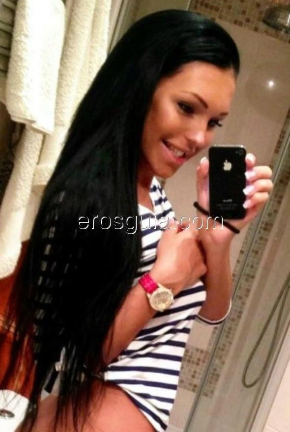 Un bombón de cara dulce y cabello largo oscuro